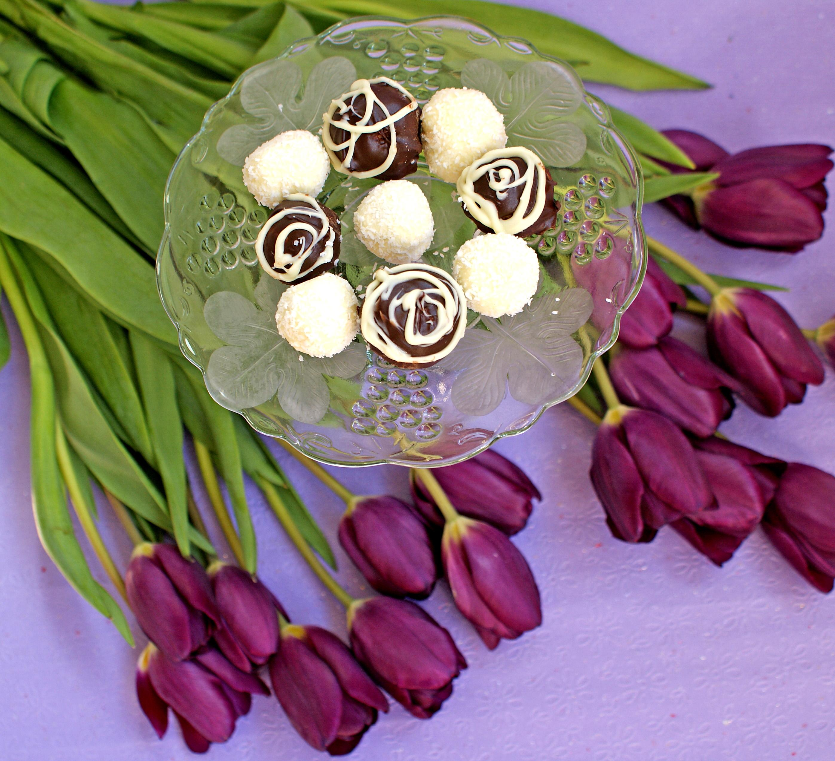 Bomboane cu cocos trase in ciocolata