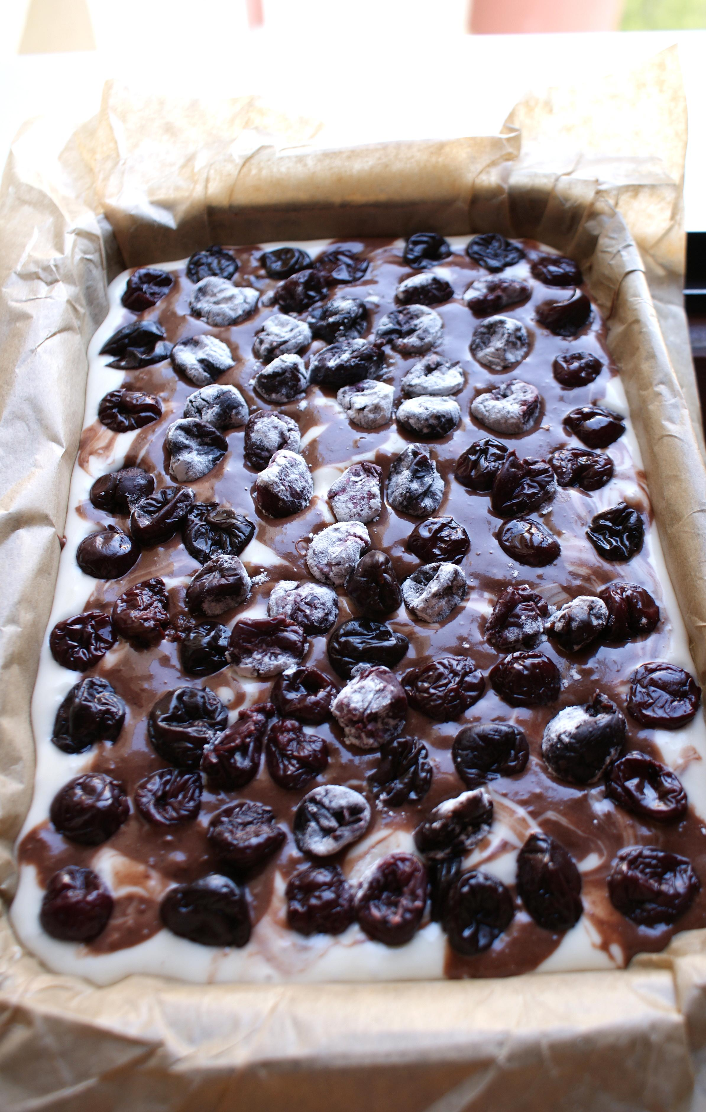 Blat din albusuri, ciocolata si fructe