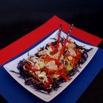 salata-asiatica-de-pui-cu-varza-ardei-si-sosuri