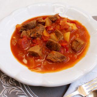 Gulas unguresc cu carne de vitel si cartofi