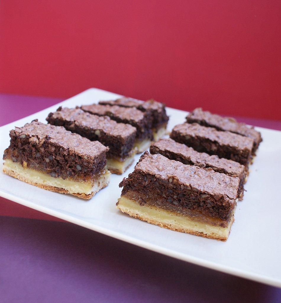 Felii cu nuci, bezea cu cacao si marmeladă fină