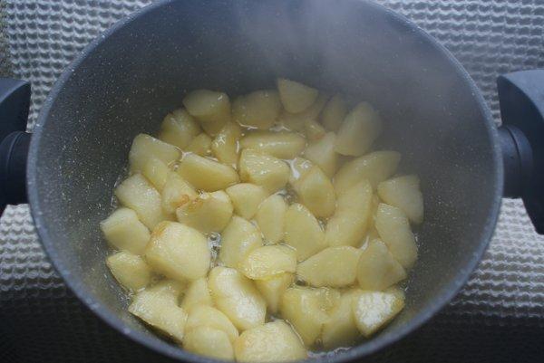 Tort cu crema de zahar ars cu mere si frisca