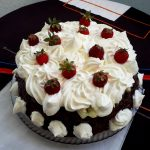 Tort-insiropat-crema-cacao-nuci-frisca
