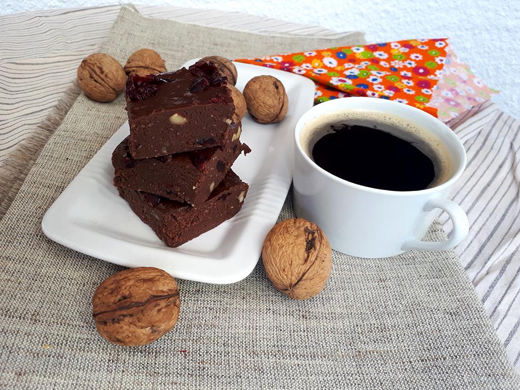 Reţeta de ciocolată de casă cu merişoare şi nuci