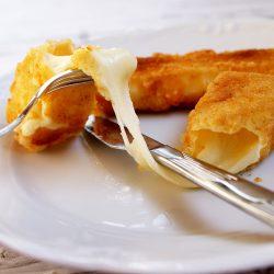 Cascaval pane topit, sub invelis crocant