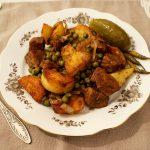 Mancare cu carne, cartofi si mazare